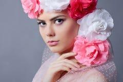 Schöne junge Frau mit Blumen Stockbild