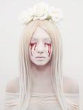 Schöne junge Frau mit Blut Stockfoto