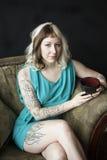 Schöne junge Frau mit Brown und blondem Haar, die schwarze Co halten Stockbilder