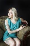 Schöne junge Frau mit Brown und blondem Haar, die schwarze Co halten Lizenzfreies Stockbild