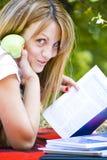 Schöne junge Frau mit Buch Stockfoto
