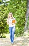 Schöne junge Frau mit Buch Stockbild