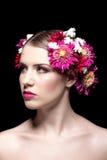 Schöne junge Frau mit bunten Blumen im hai Stockfotografie