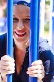 Schöne junge Frau mit dem blauen Stablachen Stockfotografie