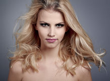 Schöne junge Frau mit dem blonden Haar Stockfotos