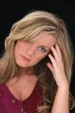 Schöne junge Frau mit dem blonden Haar und den Haselnussaugen Lizenzfreies Stockfoto