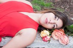 Schöne junge Frau mit dem Blumenstrauß von Rosen, lächelnd und sinnlich stockbild