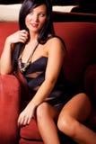 Schöne junge Frau mit dem dunklen Haar Lizenzfreies Stockbild