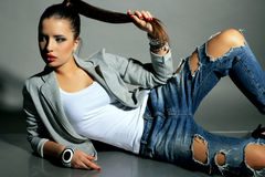 Schöne junge Frau mit dem dunklen Haar trägt zufällige Kleidung Lizenzfreies Stockbild