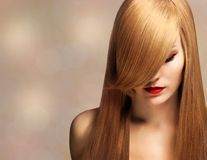 Schöne junge Frau mit dem eleganten langen glänzenden Haar lizenzfreie stockfotos