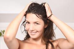 Schöne junge Frau mit dem gesunden nassen Haar Stockfotografie