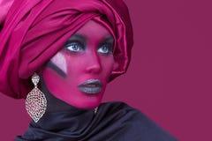 Schöne junge Frau mit dem Haar eingewickelt im Turban Stockfoto
