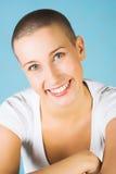 Schöne junge Frau mit dem Lächeln der blauen Augen Lizenzfreie Stockfotos