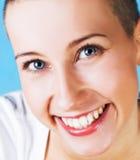 Schöne junge Frau mit dem Lächeln der blauen Augen Stockfoto