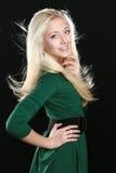Schöne junge Frau mit dem langen blonden Haar Stockfotografie