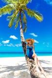 Schöne junge Frau mit dem langen blonden Haar entspannt sich unter dem PA Stockfotos