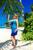 Schöne junge Frau mit dem langen blonden Haar entspannt sich unter dem PA Lizenzfreie Stockbilder