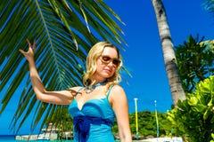 Schöne junge Frau mit dem langen blonden Haar entspannt sich unter dem PA Stockfoto