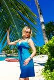 Schöne junge Frau mit dem langen blonden Haar entspannt sich unter dem PA Stockbilder