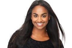 Schöne junge Frau mit dem langen flüssigen Haar Lizenzfreie Stockfotografie