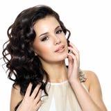 Schöne junge Frau mit dem langen gelockten Haar der Schönheit. Lizenzfreie Stockfotos