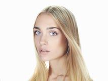 Schöne junge Frau mit dem langen Haar auf weißem Hintergrund Blondes Mädchen Lizenzfreie Stockbilder
