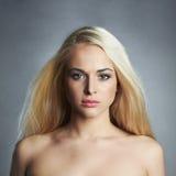 Schöne junge Frau mit dem langen Haar Blondes Mädchen Stockbilder