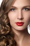 Schöne junge Frau mit dem langen lockigen Haar Schönes Modell mit dem langen gelockten braunen Haar Reizendes Modell mit dem gelo Lizenzfreie Stockfotografie