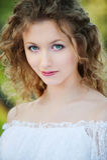 Schöne junge Frau mit dem lockigen Haar Stockfotos