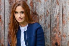 Schöne junge Frau mit dem roten Haar lizenzfreie stockbilder