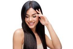 Schöne junge Frau mit dem sauberen gesunden Haar Stockfoto