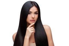 Schöne junge Frau mit dem sauberen gesunden Haar Stockbild