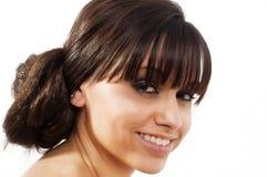 Schöne junge Frau mit dem stilvollen Haar Stockfotografie