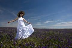 Schöne junge Frau mit dem weißen Kleidspielen Stockfotografie