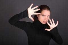Schöne junge Frau mit den angehobenen Händen stockfoto
