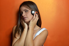 Schöne junge Frau mit den Kopfhörern stockbilder