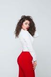 Schöne junge Frau mit den langen lockigen Haaren lizenzfreie stockbilder