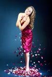 Schöne junge Frau mit den rosafarbenen Blumenblumenblättern Stockbild