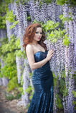 Schöne junge Frau mit den roten Lippen im sprakling blauen Kleid Stockbilder