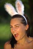 Schöne junge Frau mit den Schürzenheldkaninchenohren Stockbild