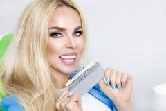 Schöne, junge Frau mit den weißen und gesunden Zähnen, lächelt sie Er hat die gesunden und weiß gewordenen Zähne und die Porzella lizenzfreie stockbilder