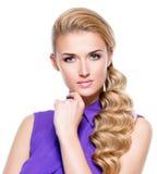 Schöne junge Frau mit der Hand nahe Gesicht Lizenzfreies Stockbild