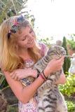 Schöne junge Frau mit der Katze Lizenzfreie Stockbilder