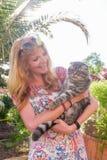 Schöne junge Frau mit der Katze Stockbild