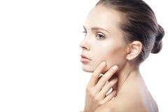 Schöne junge Frau mit der sauberen Haut lokalisiert auf Weiß Lizenzfreie Stockbilder