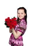 Schöne junge Frau mit einem Blumenstrauß von roten Rosen lizenzfreies stockbild