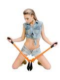 Schöne junge Frau mit einem Bolzenschneider Lizenzfreie Stockfotos