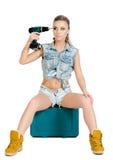 Schöne junge Frau mit einem Elektroschrauber Stockbild