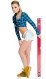 Schöne junge Frau mit einem Gebäudeniveau Lizenzfreie Stockfotos