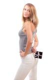 Schöne junge Frau mit einem Geschenkkasten Stockfoto